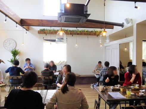 福山市 nijiiro喫茶。店内1階