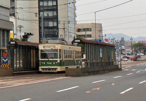 広島電鉄、路面電車の電停 屋根と透明な壁付き