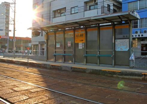 広島電鉄、路面電車の電停 椅子が付いた