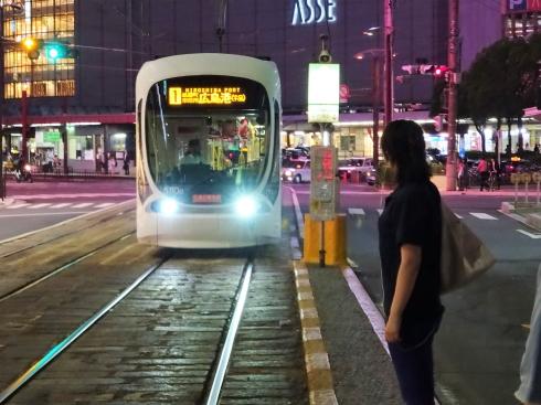 車体スレスレ、開発進む広島駅前にレトロ猿猴橋電停がある風景