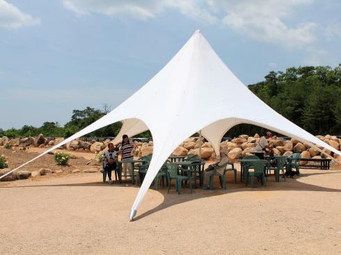 世羅高原 花の森 ばら園に設置された休憩スペース