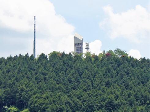 幸運仏から見た紙ヒコーキタワー