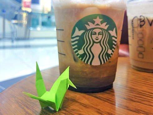 カフェや待ち時間の多い店で折り鶴を募る、広島の風景