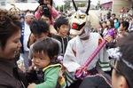 尾道市 ベッチャー祭り、3鬼に頭叩かれると幸せに!
