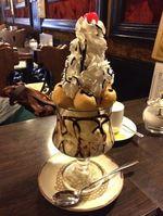 三原 まきしむ、昭和レトロな純喫茶で山盛りパフェ