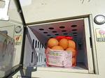 たまごの自動販売機!?産みたて卵がジュースと並んで売られている風景