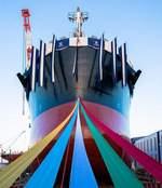 8万トン級バルカーの進水式、福山・常石造船で一般公開