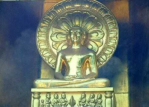 仏舎利塔に金の仏像