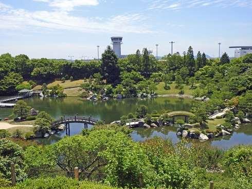 三景園を高台から見渡す