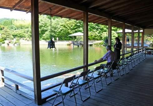 三景園の入口正面には、厳島神社をイメージした水辺にせり出す回廊