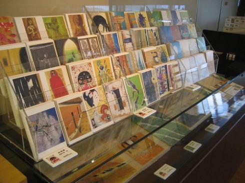 海の見える杜美術館 館内のカフェ で絵はがき販売も