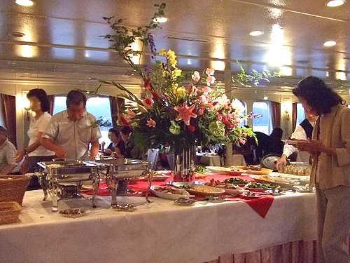 銀河 広島湾ナイトクルージング、食事はバイキング