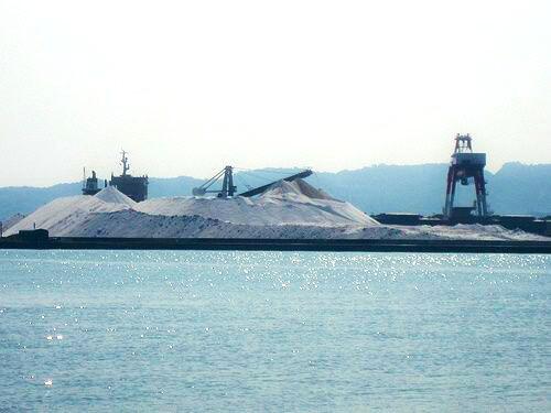 音戸の沖に、まっ白な 塩の山 がある風景!三ツ子島