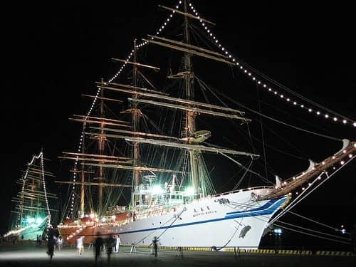 日本丸 海王丸が停泊、ライトアップされた帆船が美しい