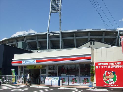 赤いローソン、マツダスタジアム 周辺に出現!店内はカープ祭り!