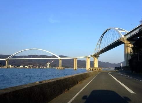 福山市の小さな島、田島と内海大橋と真っ赤な網を干す風景