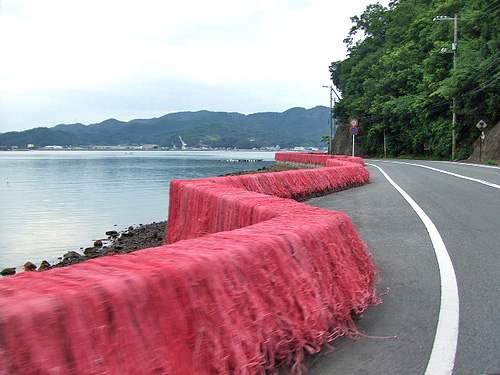 内海町・田島の風景と赤い網2