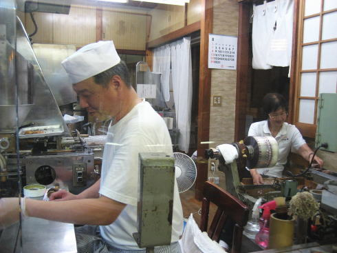 坂本菓子舗 店先で焼いている様子