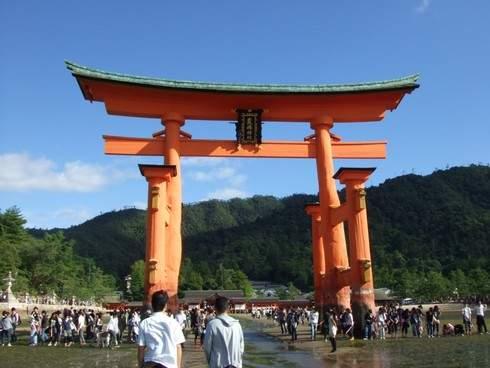 宮島にアートな笑顔が満開、厳島神社 大鳥居バックに