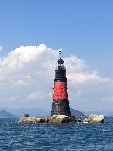 白石灯台、大竹市の沖に立つ赤と黒のツートン灯台