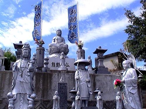 筆の里工房に、お助如来?! 様々な仏像が立ち並ぶ風景