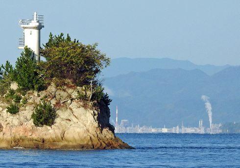 瀬戸内海に浮かぶ安渡島灯台、大竹コンビナートも見える