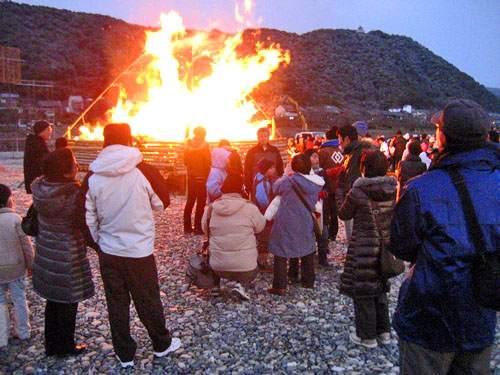 錦帯橋とんど祭り、ナイアガラや花火が上がる
