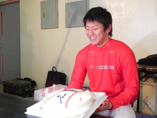広島カープ 福井優也 23歳バースデーは報道陣からのボールケーキで祝福