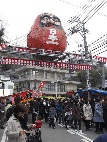 三原神明市、日本一の大だるま&たいやきが名物のダルマ祭りが開幕!