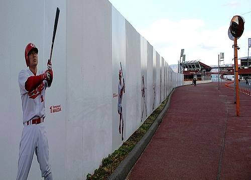 広島カープ、選手の等身大 写真を壁に!カープ選手ウォール