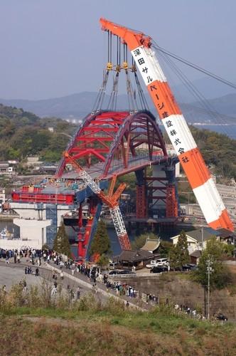 呉市 第2音戸大橋、開通に向け巨大クレーンでアーチを架ける