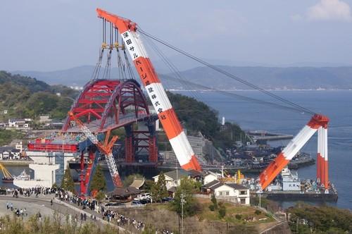 第2音戸大橋の工事、巨大クレーンでアーチ部を架ける!