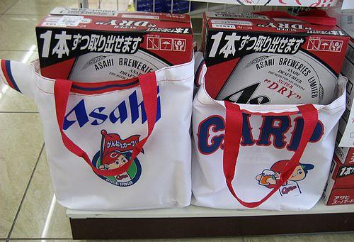 コンビニに続々!広島カープ 関連商品、ユニホーム型の袋も