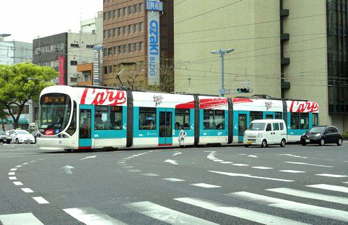 広島市内 カープ電車 走る