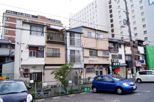 変わり行く 広島駅前と、再開発エリアに残る 3階建てのアパート群