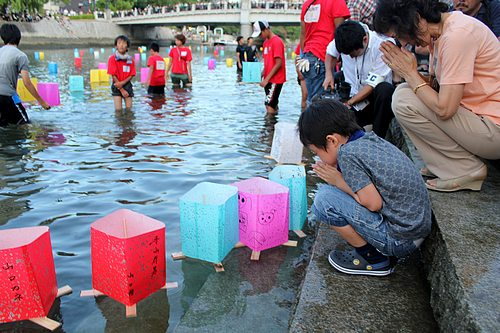広島8.6 とうろう流し、祈りの灯に包まれた平和公園