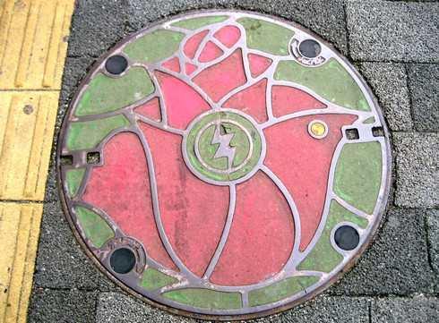 福山市のマンホール 薔薇のデザイン