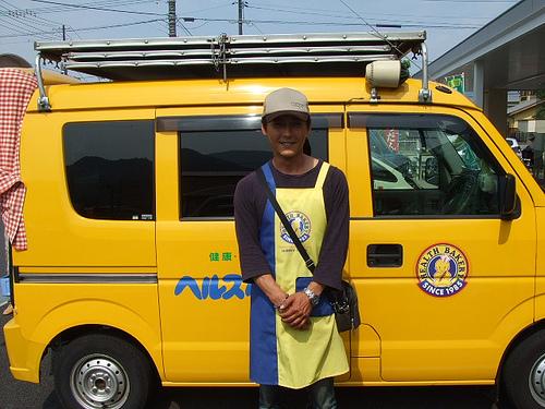 ヘルスベーカリーの黄色い車とお兄さん