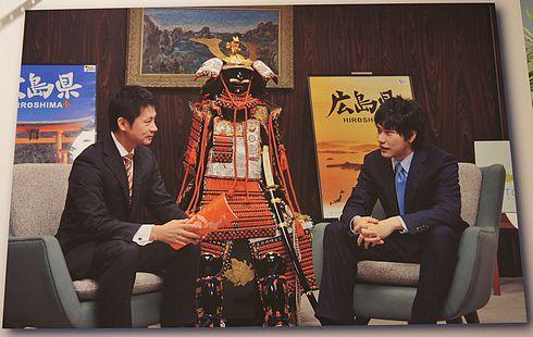 松山ケンイチと、湯崎知事の写真パネル
