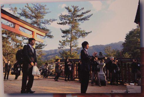 宮島で参拝する 松山ケンイチ