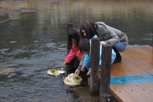 流し雛に願いをのせて、大竹市 小瀬川流域