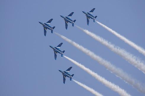 岩国基地で 自衛隊航空ショー2012、ブルーインパルスがアクロバット飛行!