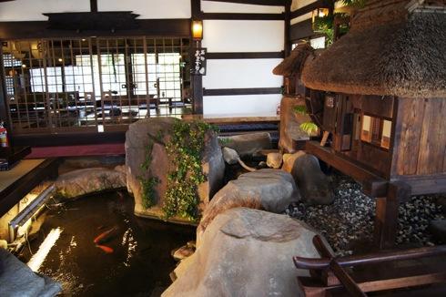 飛脚 店内の池
