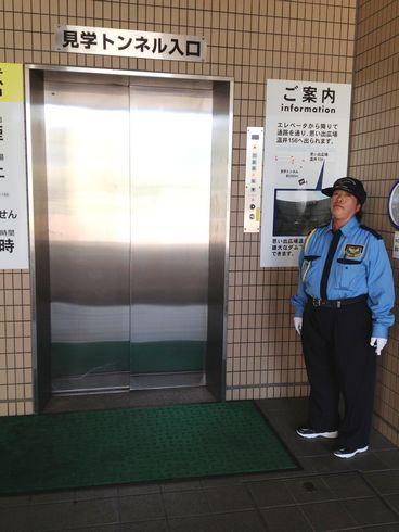 温井ダム 見学、このエレベーターで地下へ