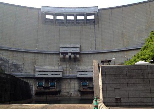 ダムを正面から見た写真