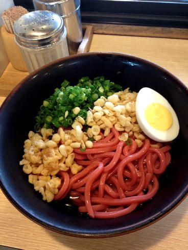 破天荒な 赤うどん、広島駅 立ち食いうどん店でカープ応援メニュー