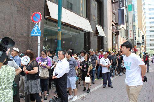 tauのオープン前の行列の様子