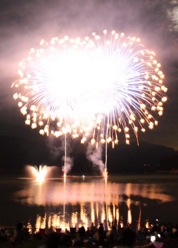安芸高田市 土師ダムで花火大会、湖面に映る2000発