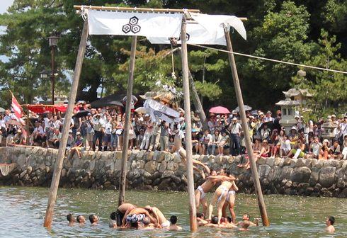宮島 厳島神社の 玉取祭の様子 画像8