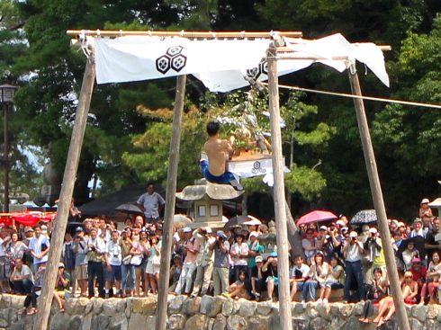 宮島 厳島神社の 玉取祭の様子 画像9